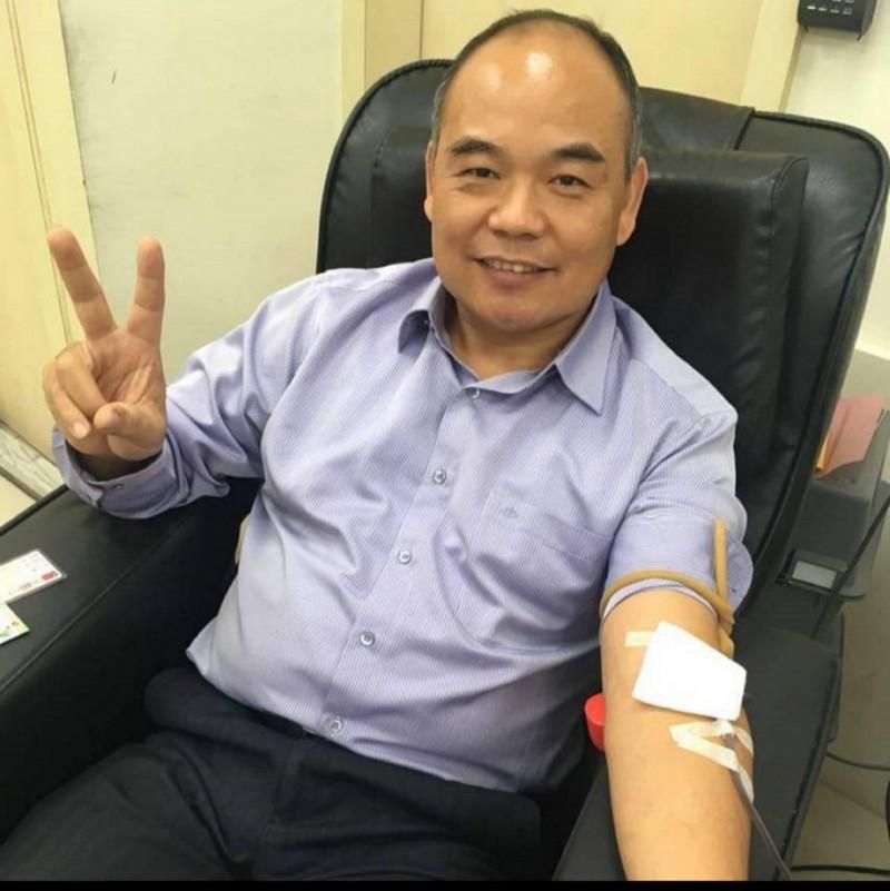 桃園市桃園區大有里長張丁元,為人熱心,辦捐血活動都會主動挽起衣袖。(取自張丁元臉書)