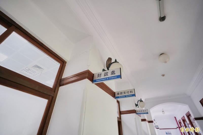 哇啊!貓頭鷹耶!新竹市府所在的百年古蹟新竹州廳今天來了隻神秘嬌客領角鴞,可愛的模樣引起一陣騷動,能在都市看到領角鴞現身,大家都說實在很神奇。(記者洪美秀攝)