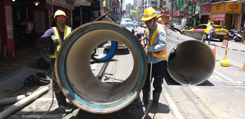 板橋區南雅南路台灣自來水公司的輸水管線破裂,造成板橋區約6000戶停水。(挹秀里長王添福提供)