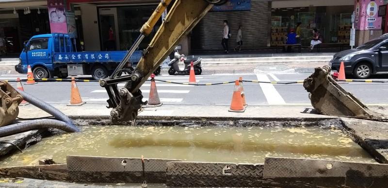 台水公司正進行管線搶修作業。(挹秀里長王添福提供)