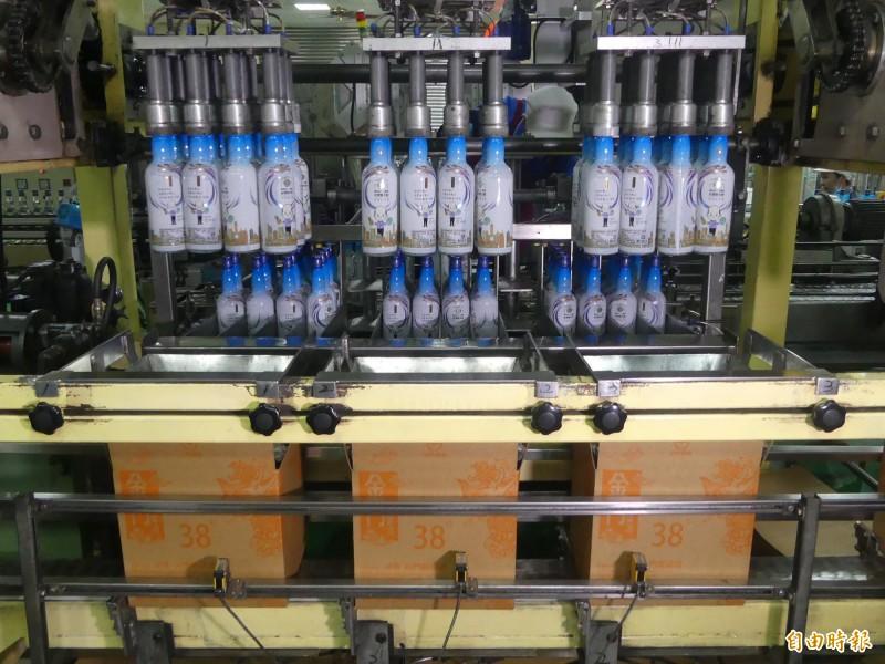 金酒公司灌裝的Q版韓市長酒正進行裝箱作業,預計21日開放批售。(記者吳正庭攝)