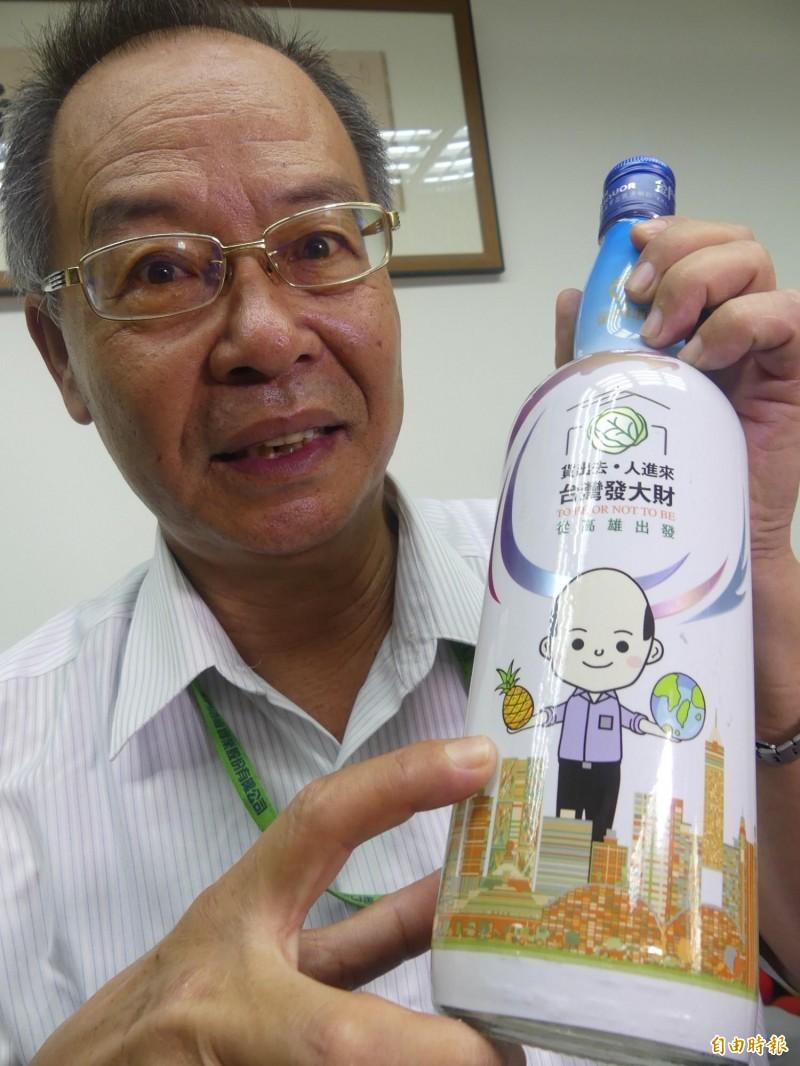 金酒公司副總經理董應發指著Q版韓市長酒表示,韓國瑜手上的鳳梨象徵「旺旺來」。(記者吳正庭攝)
