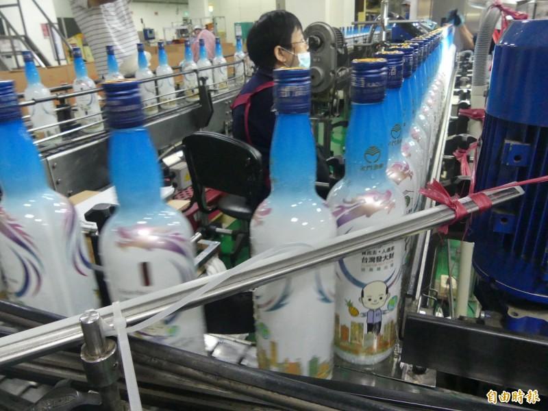 金酒公司Q版韓市長酒正在線上進行灌裝作業。(記者吳正庭攝)