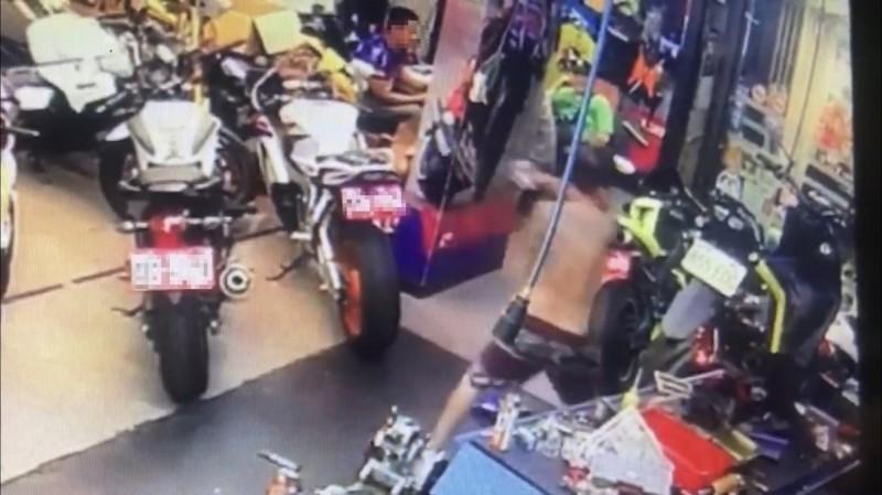 周男砸店大鬧遭監視器拍下。(記者徐聖倫翻攝)