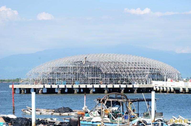 大鵬灣畔的小巨蛋,背景就是大武山,現正趕工中。(記者陳彥廷攝)