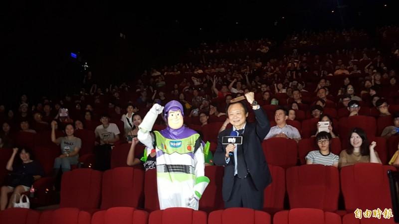 「台版恰吉」王世堅出席《恰吉》首映會,拿著道具刀大喊,「市長呢?市長在哪裡?市長在哪裡?不是說要來嗎?」(記者楊心慧攝)