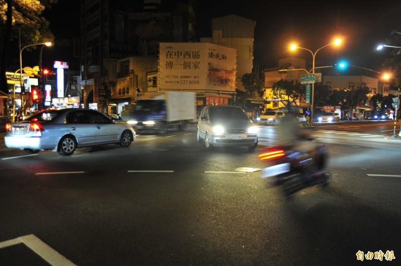 女騎士在行經本路口時與計程車發生車禍,警員關心問女騎士「還好嗎?」遭計程車司機嗆聲檢舉。(記者王捷攝)