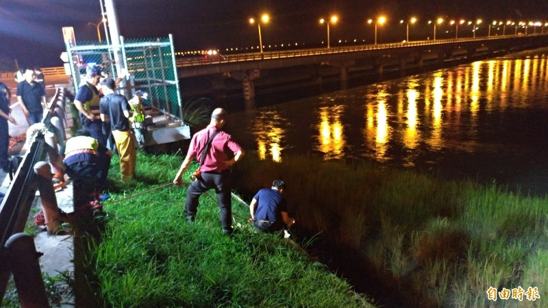 花蓮縣今晚有高中生負氣跳河,所幸卡在河床上獲救。(記者王錦義攝)