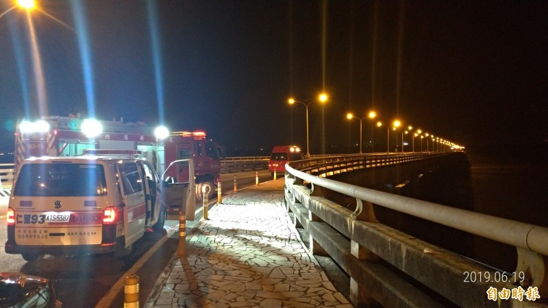 花蓮縣今晚有高中生負氣跳河,消防人員出勤救援,所幸卡在河床上獲救。(記者王錦義攝)