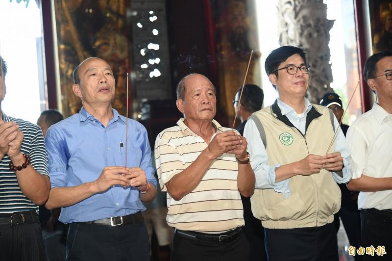 陳其邁、韓國瑜同框視察高雄登革熱疫情,兩人還到金獅湖保安宮上香祈褔國泰民安。(記者張忠義攝)