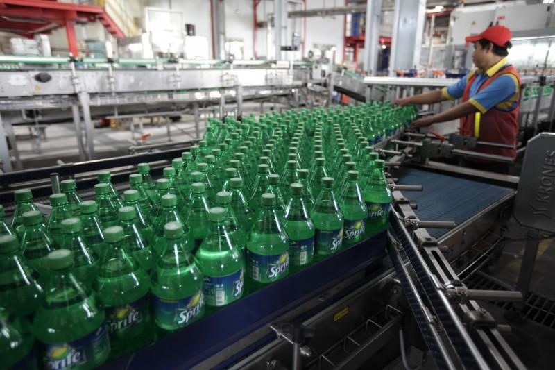 可口可樂公司為了讓回收過程更加便利,決定將雪碧的綠色瓶身全面改為透明。(彭博)