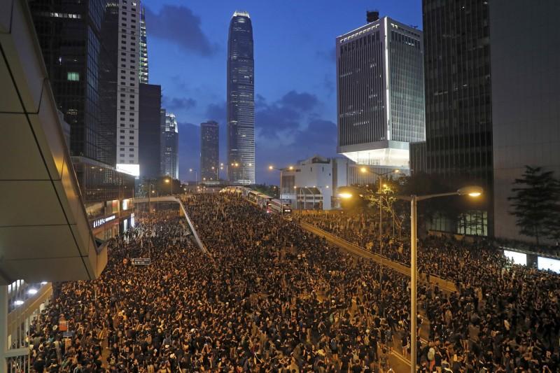 歷經16日兩百萬人大遊行後,香港特首林鄭月娥的回應依然不得民心,被大專學界批評是打官腔,要求政府在20日下午5點前回應4大訴求,否則抗爭行動將升級。(美聯社)