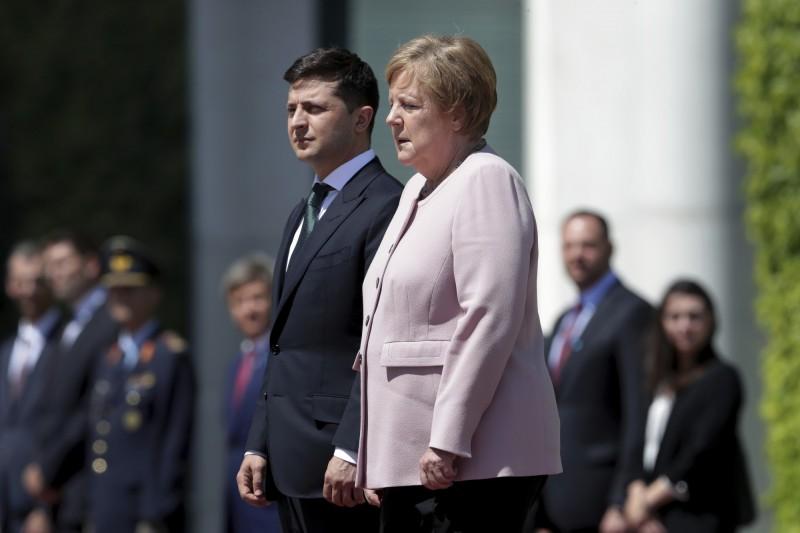 德國總理梅克爾18日中午迎接到訪的烏克蘭總統澤倫斯基時,突然出現疑似身體不適的狀況,當時只見她身體明顯顫抖、晃動不止。(美聯社)