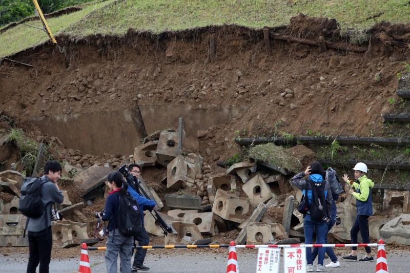 本次強震在鄰近區域測得最高6強震度,導致地貌已出現嚴重改變。(歐新社)