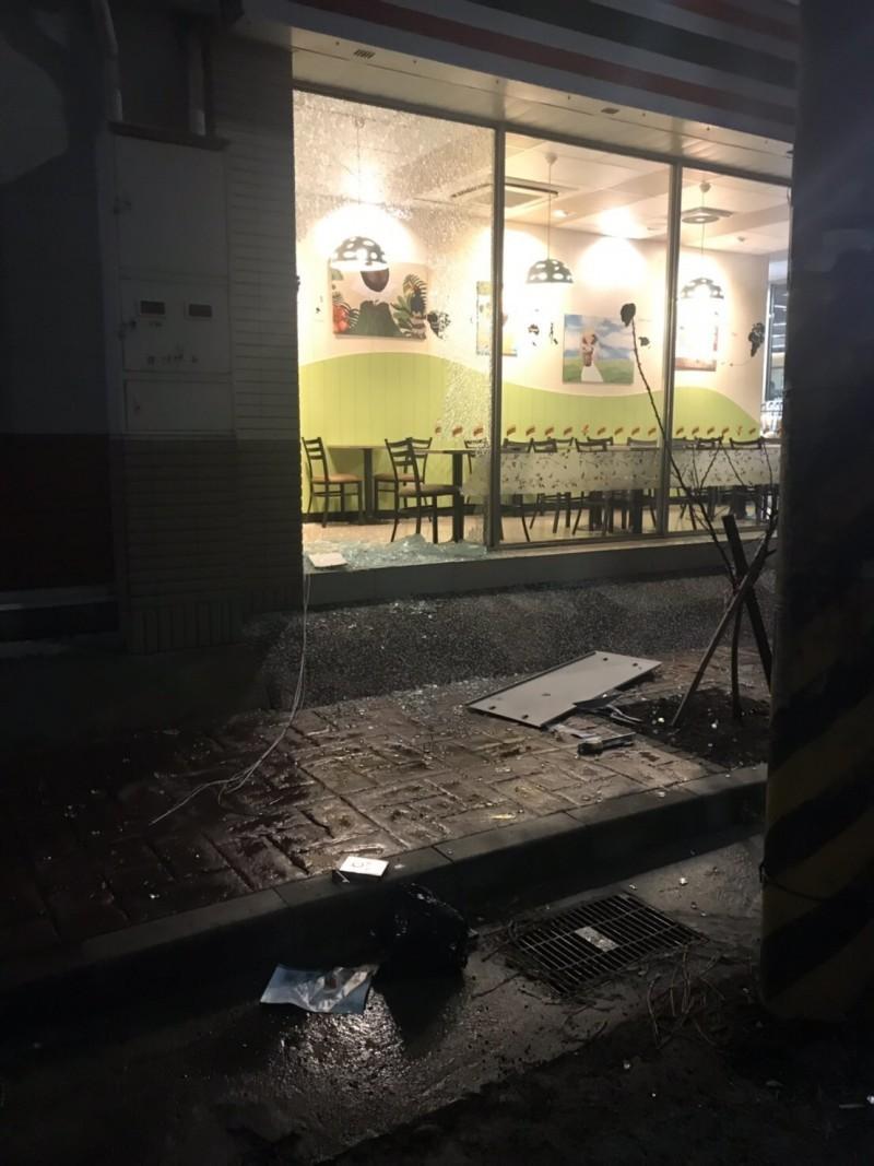 4賊「拖」走超商ATM 爆「黑吃黑」疑雲