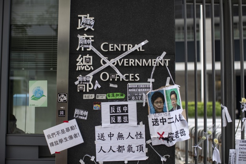 香港特首林鄭月娥道歉不下台、不撤案,昨漏夜再傳「備戰」防民眾突襲。(彭博)