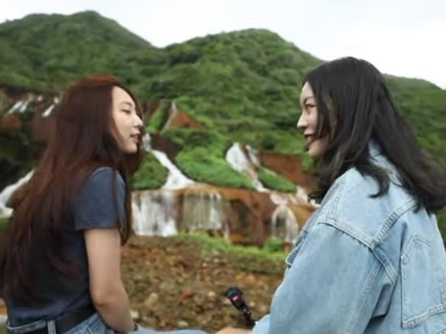 真理大學參賽影片「海角天邊,愛在身邊」派出兩位正妹同學以無旁白方式導覽。(翻攝自競賽影片)