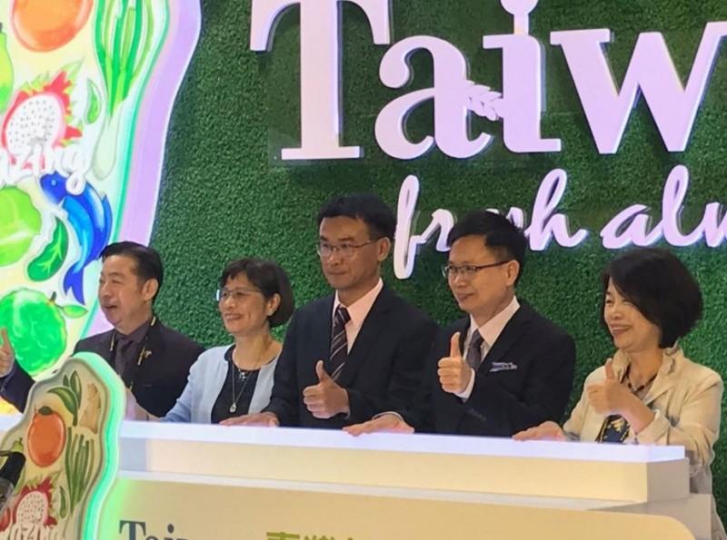 農委會主委陳吉仲(中)表示,農委會為台灣的農產品建立形象,透過展覽能對外銷產生正面幫助。(圖截取自農委會網站)