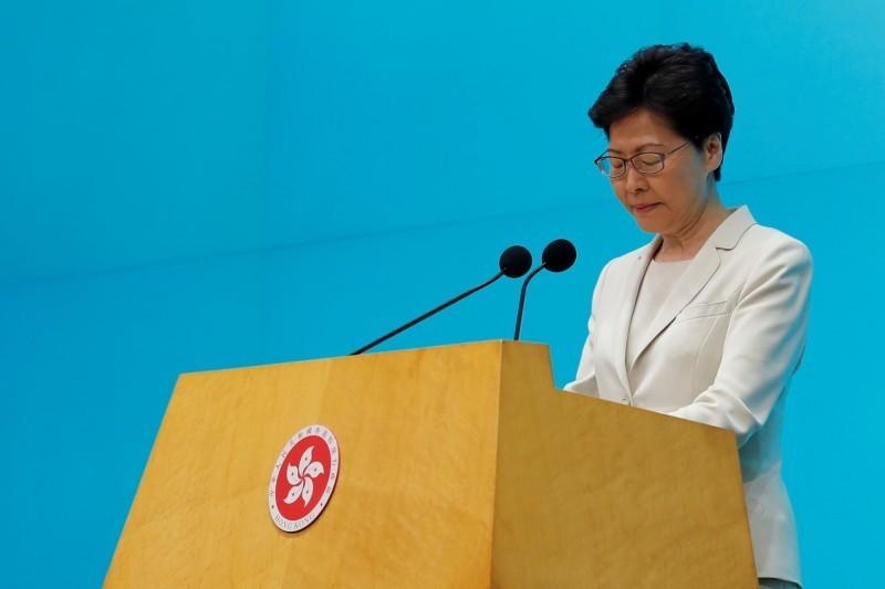 香港特首林鄭月娥18日下午出面公開道歉,但未正面回應是否撤回「逃犯條例」修訂草案,且暗示不會下台,更否認港府說過示威民眾是「暴徒」。(路透)