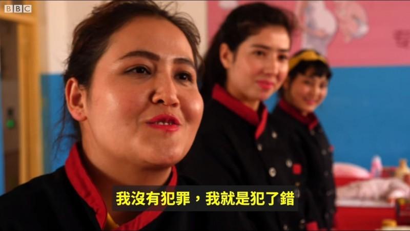 中國官方宣稱這些「學員」都是自願前往學習,改造腦中極端思想。(圖擷取自BBC中文網(繁體)臉書專頁)
