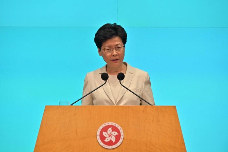 香港特首林鄭月娥道歉不下台、不撤案,昨漏夜再傳「備戰」防民眾突襲。(法新社)