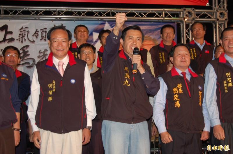 前國民黨立委何智輝(照片前排左)被妻子王素筠指控家暴,並且有很多「小三」。(資料照)
