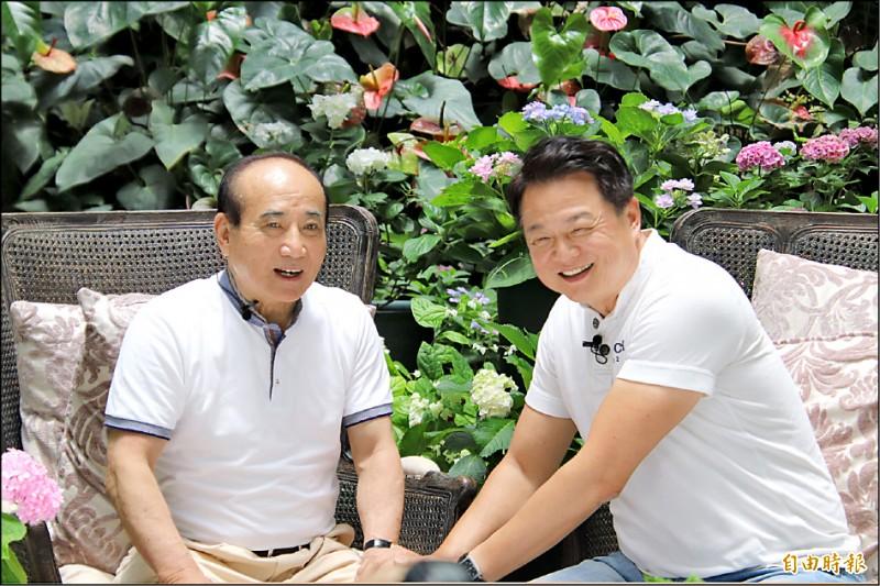 前立法院長王金平(左)昨在前立委周錫瑋的「台灣花鳥園」開直播節目,王說,他因沒參加初選,超脫三界。(記者黃美珠攝)