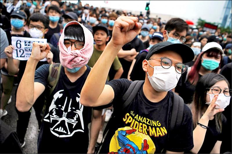 抗議「送中惡法」的民眾十七日要求香港特首林鄭月娥下台,撤回「逃犯條例」修訂草案。(路透)