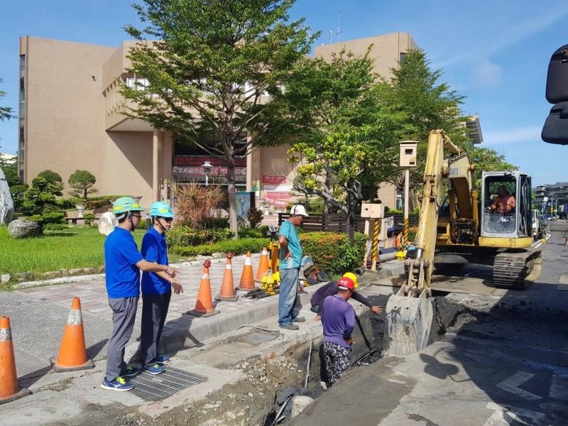 自來水公司工程人員今日上午進場施工、要解決南華里停水問題。(記者王俊忠翻攝)