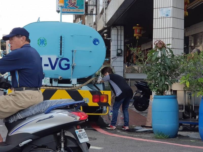 自來水公司派水車到施工停水的南市南區南華里支援里民接水使用。(記者王俊忠翻攝)