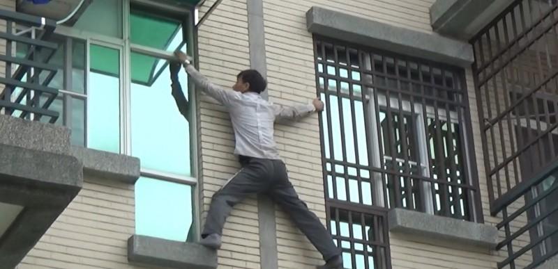 失聯移工爬窗台企圖逃逸 卻敗給鄰居防盜窗