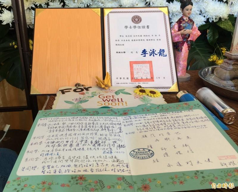 校方今天將畢業證書、師生寫的卡片送到朱女靈堂前。(記者湯世名攝)
