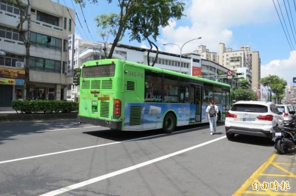 站在馬路上等公車…明道中學公車站險象環生