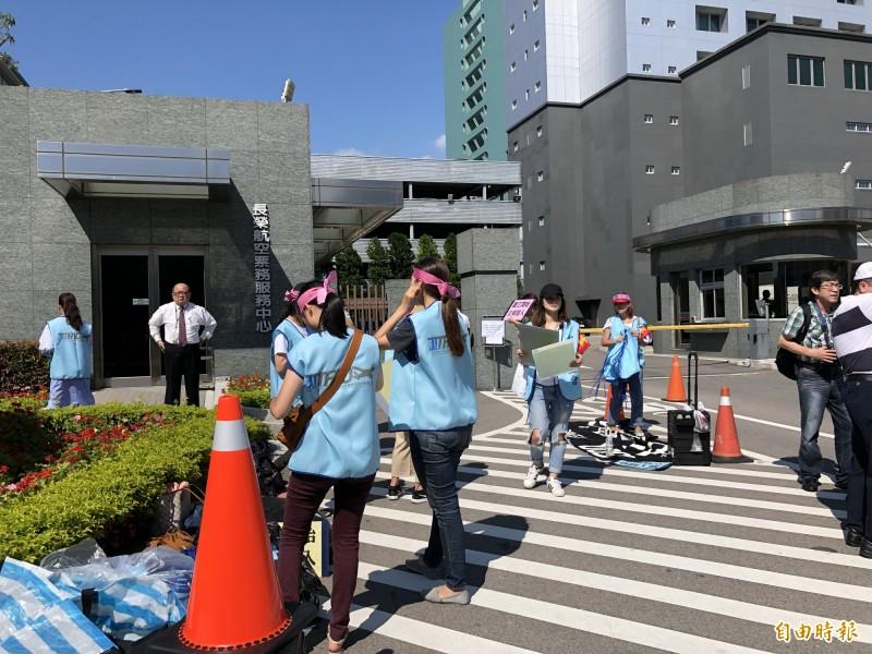 長榮空服罷工》空姐陸續集結南崁長榮航運大樓門口