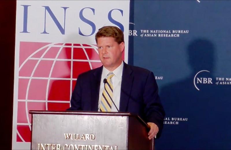 美國國防部印太助理部長薛瑞福(Randall Schriver)19日表示,美方預期中國將試圖干預台灣大選,美方考量台灣應對,已開啟對話盼提供協助。(翻攝自NBR直播)