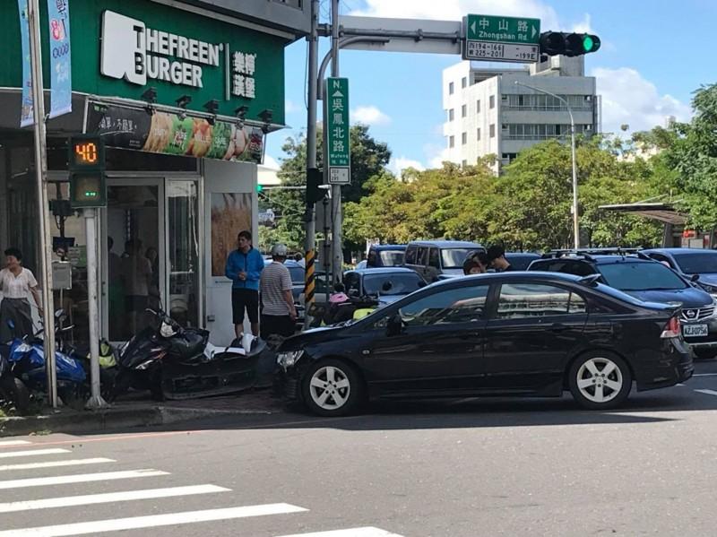 發生車禍的其中一輛自小客衝到路旁,致4台機車受波及全倒。(擷取自臉書綠豆嘉義人)
