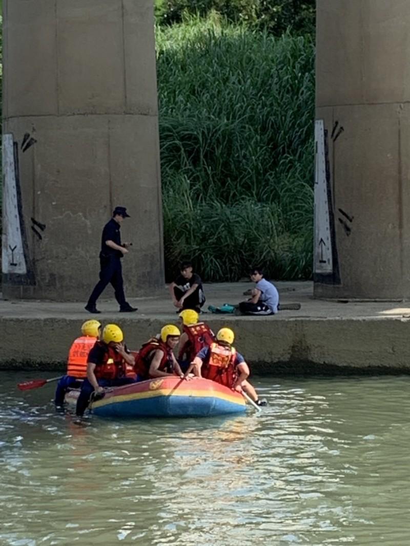 警消出動船艇救援溺水的陳姓少年,其餘與陳少共同戲水的2名少年生命無虞。(記者陳薏云翻攝)