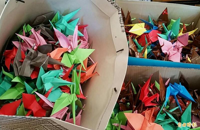 英勇救人的18歲朱女不幸過世,長榮大學學生親手摺紙鶴送給她。(記者湯世名攝)