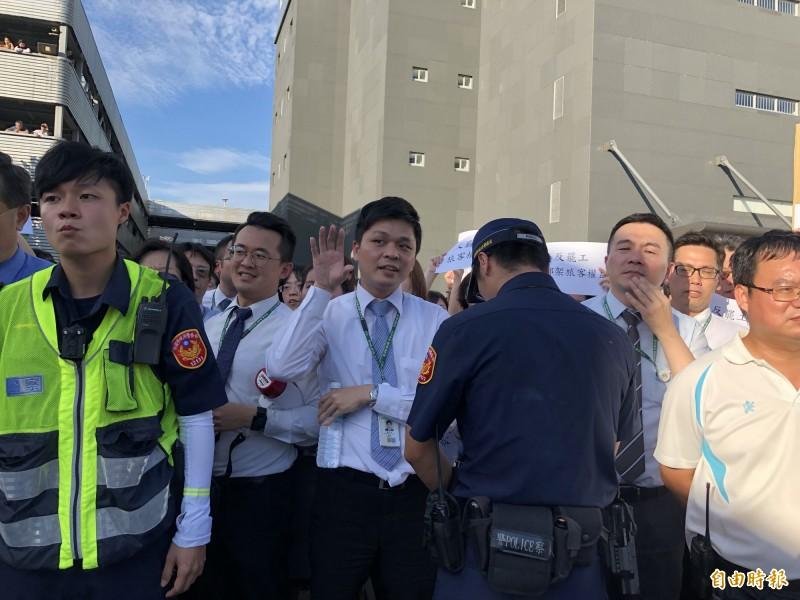 反罷工的內勤人員不斷比出挑釁動作,高喊「不想做,不要做」、「我要回家、警察帶路」。(記者魏瑾筠攝)