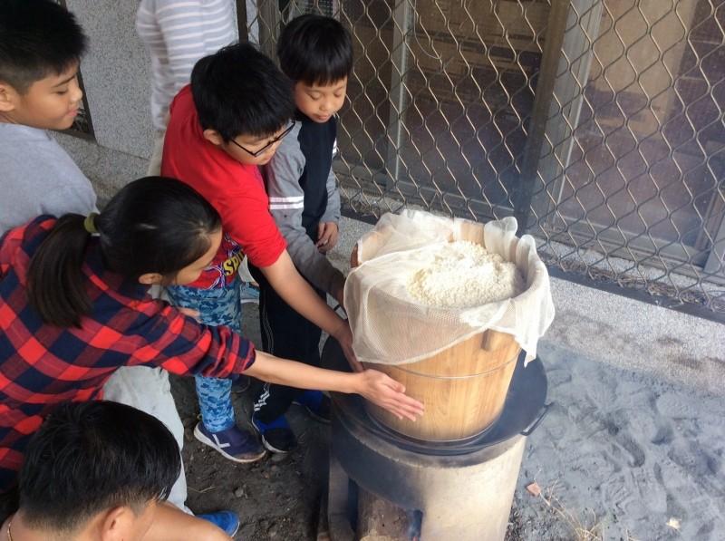 豐濱國小開辦體制內阿美族實驗學校,去年特別舉辦酒釀節,小朋友學習如何蒸煮傳統糯米飯,為製作酒釀做準備。(豐濱國小提供)(記者花孟璟攝)