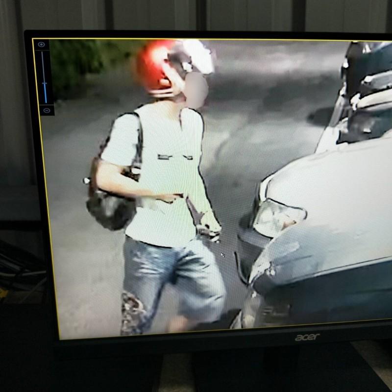 王姓男子擺攤維生,他放在貨車內的上百雙、市價十多萬的鞋子遭竊嫌開贓車偷走,他憤而將影像PO網緝兇:圖為偷車嫌犯。(記者吳仁捷翻攝)