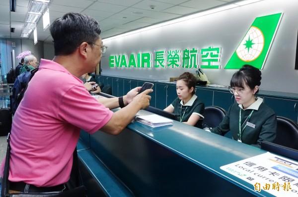桃園空服員職業工會20日下午四時啟動罷工,旅客在票務櫃台辦理航班轉簽事宜。(記者朱沛雄攝)