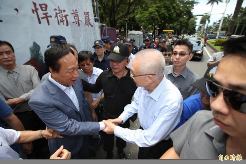 和吳敦義同台互動冷 郭台銘反問媒體:主席有挺我嗎?