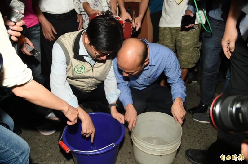 行政院副院長陳其邁和高雄市長韓國瑜一起視察疫情較嚴重金獅湖、鼎金一帶。(記者張忠義攝)