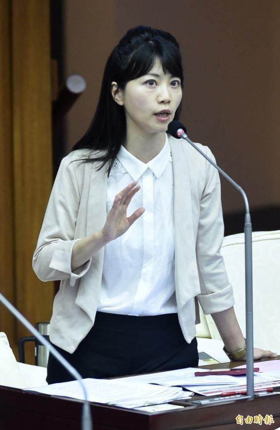 高雄市長韓國瑜昨與模範生合影時,一名男國中生被摸頭後當面嗆韓選總統太可笑、要韓醒一醒,韓當下並未回應,僅用左手將對方撥開,事後則稱學生願表達意見勇氣可嘉。對此,民進黨籍台北市議員高嘉瑜在臉書提到,現在的小孩在乎自己的未來,他們的聲音雖直接,但卻是「當頭棒喝」。(資料照)