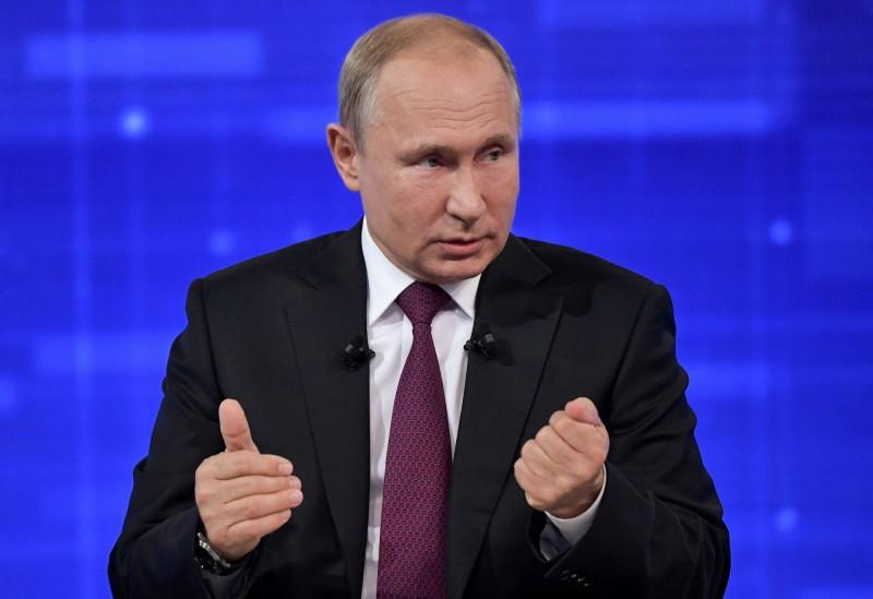 俄羅斯總統普廷今日參加國內Call-in節目,回答國民提出的問題,普廷目前的民意支持度跌到6年來最低點。(路透)