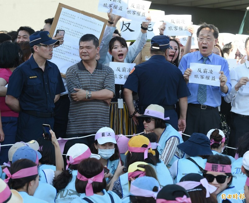 長榮反罷工的內勤員工和空服員對峙互嗆。(記者廖振輝攝)