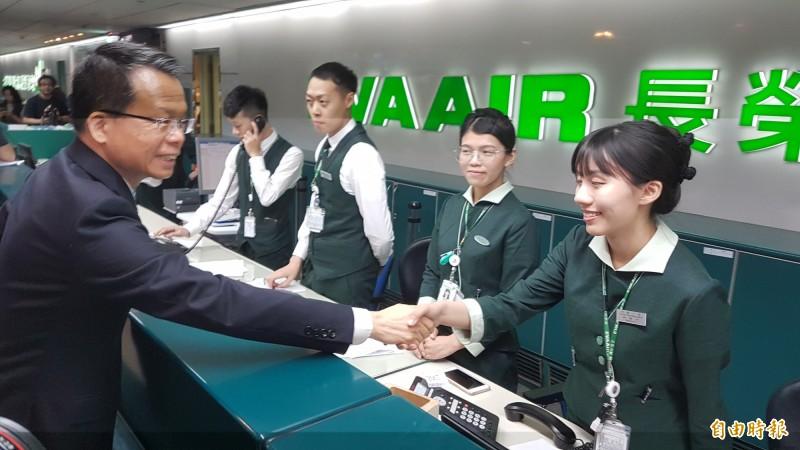 長榮航空總經理孫嘉明前往桃園機場慰問地勤人員。(記者朱沛雄攝)