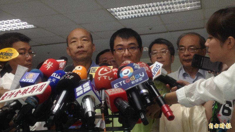 韓國瑜與疾病管制處長潘炤穎(中)宣布,將提高金獅湖水位,養魚吃掉孑孓。(記者黃旭磊攝)