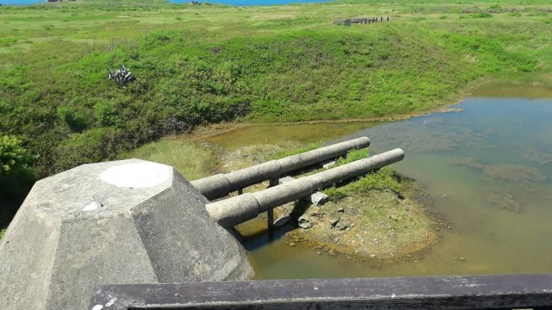 西嶼外垵餌砲處於台地窪地,下雨後容易積水。(澎湖縣政府旅遊處提供)